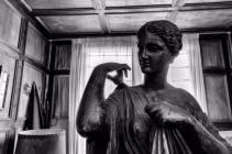 La luce entra prepotentemente dalla finestra. La statua sembra quasi viva. Cosa sta fissando?