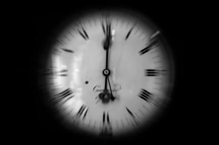 """Osservo un orologio le cui lancette scorrono velocemente e mi viene in mente Alice... Alice: """"Per quanto tempo è per sempre?"""" Bianconiglio: """"A volte, solo un secondo"""". ... Già"""